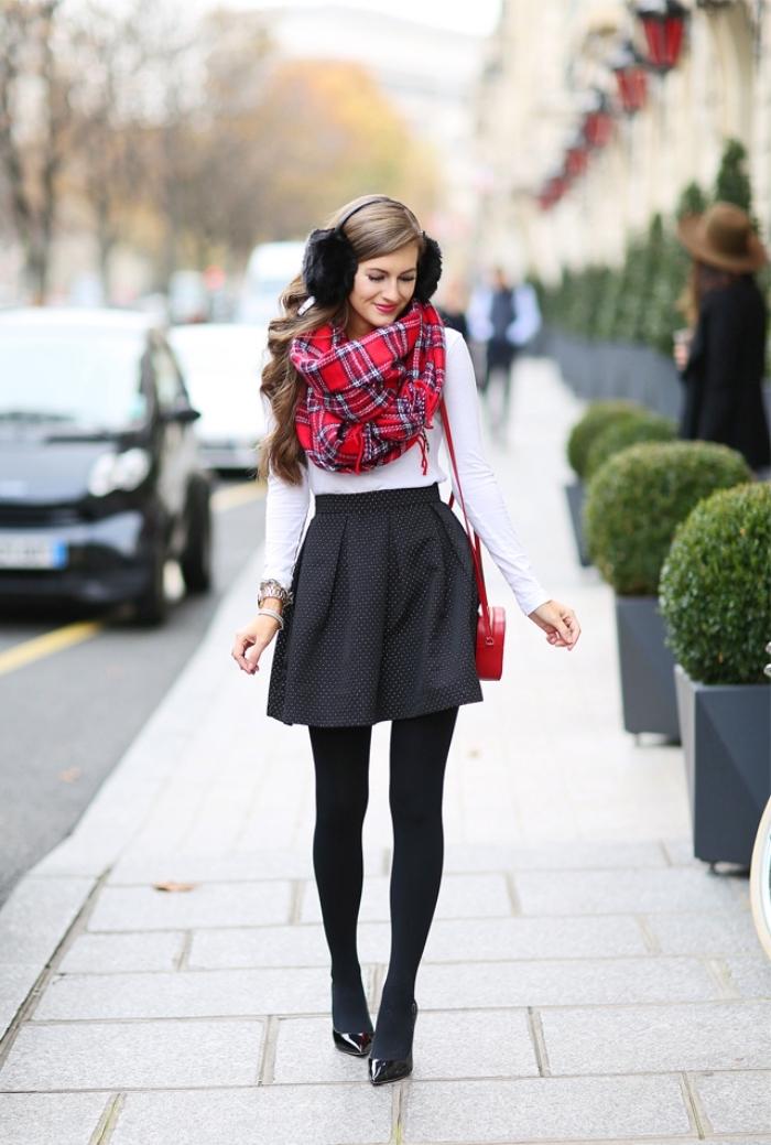 comment s habiller en hiver, headphones en faux fur noirs, blouse blanche avec jupe en gris foncé et collants noirs