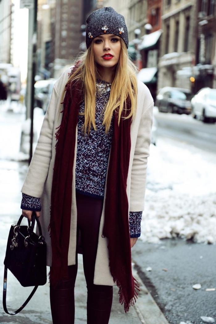 68a1801653bd comment s habiller, look casual et stylé de Kristina Bazan avec manteau  blanc et long