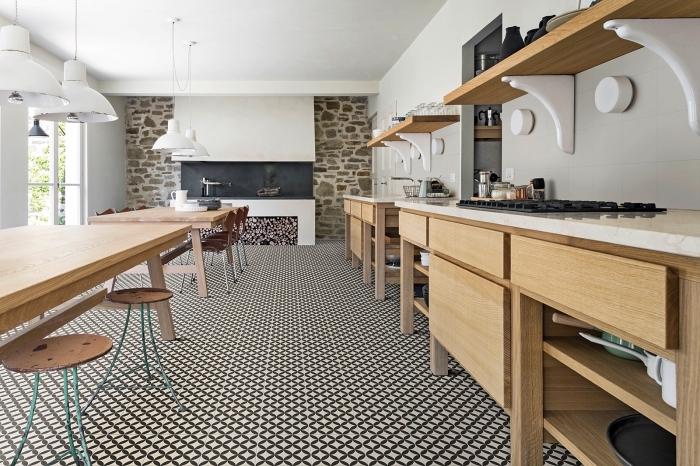 cuisine carreaux de ciment, cuisine blanche avec meubles en bois et carrelage de sol en blanc et noir