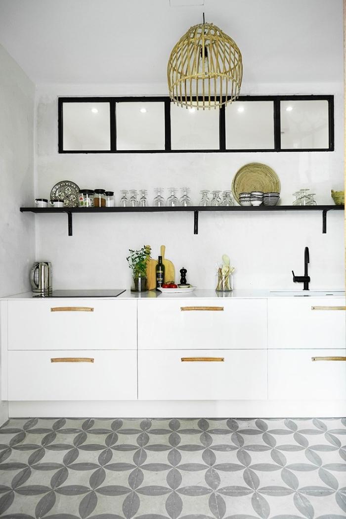 carreaux de ciment cuisine, objets décoratifs en finition métallique dorée, étagère murale noir matte, armoires cuisine blanche