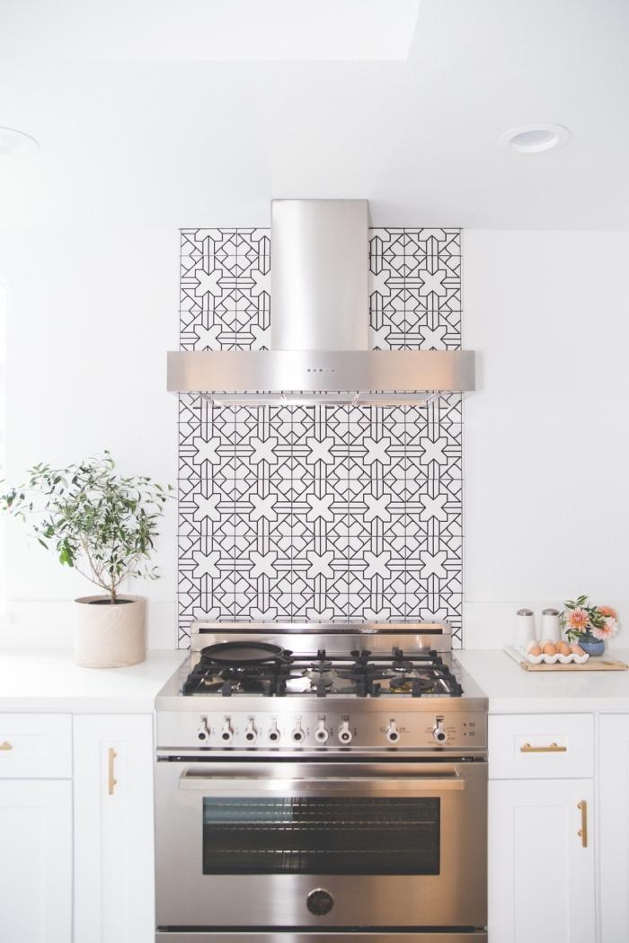 crédence imitation carreaux de ciment, cuisine blanche avec équipement à design métallique