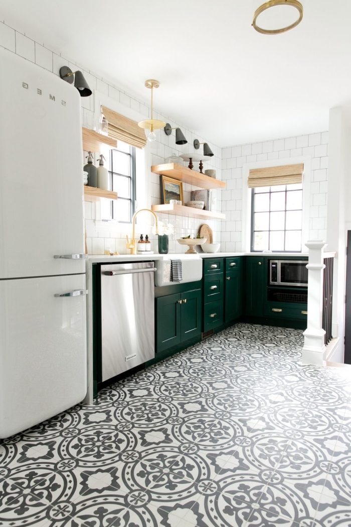 cuisine carreaux de ciment sur le sol en blanc et noir aux motifs végétales, étagère murale en bois clair