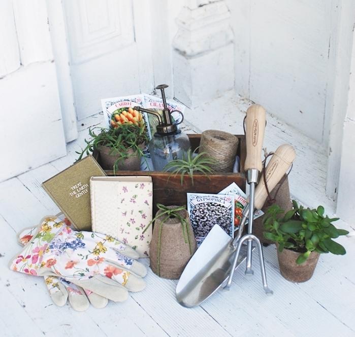 kit outils de jardinage, gants, fleurs et instruments, idée cadeau femme 50 ans et cadeau de noel pour se faire un jardin