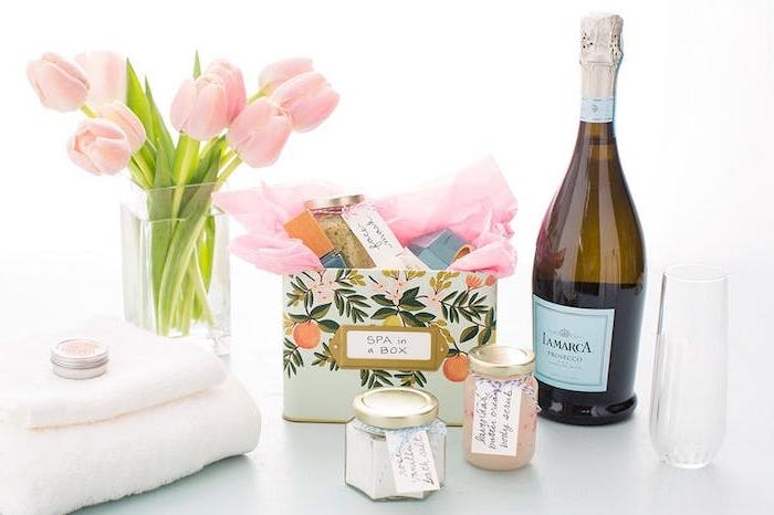 cadeau femme noel, des produits spa, soin corps dans une boite à motifs vintage, bouquet de tulipes, bouteille de champagne, serviettes