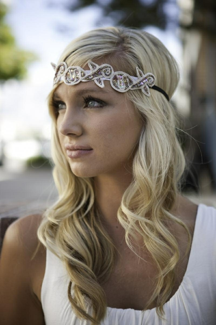 Une coiffure mariage cheveux courts bouclés belle femme cheveux diadème bijoux cheveux mariage