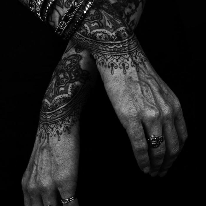 modele tatouage femme, dessin en encre sur la peau féminine à design mandala et motifs floraux