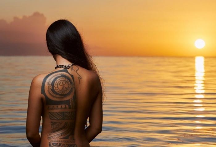 modele tatouage femme, dessin ethnique sur le dos, tatouage symbolique et tribal pour le dos féminin