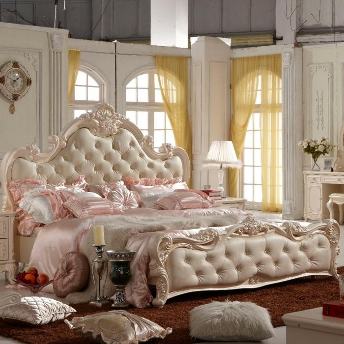 lit baroque, lit rose pâle et tapis marron, rideaux jaunes sur les fenêtres arquées