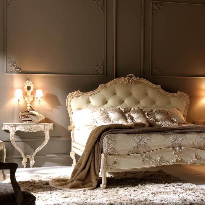lit baroque blanc, tapis blanc, lit couleur champagne, applique au-dessus de petit chevet