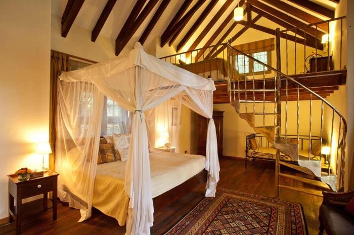 lit mezzanine avec bureau, escalier tournant, poutres apparentes, lit baldaquin