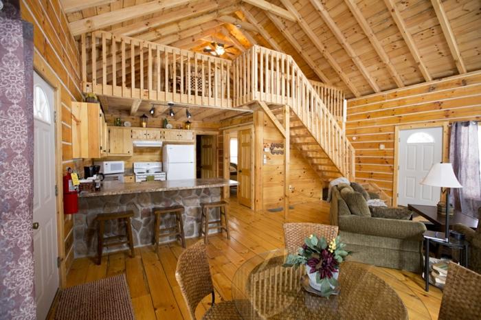 lit surélevé, unce chambre sous le toit, séjour avec cuisine et espace dinatoire