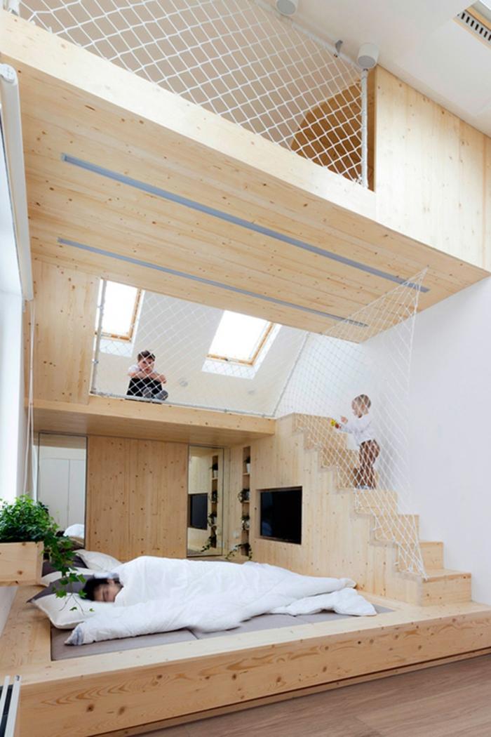 lit surélevé, mezzanine avec espace sécurisé, construction en bois, murs peints blancs