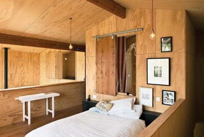 lit surélevé, mezzanine créatif en bois avec deux lampes ampoules, tableaux