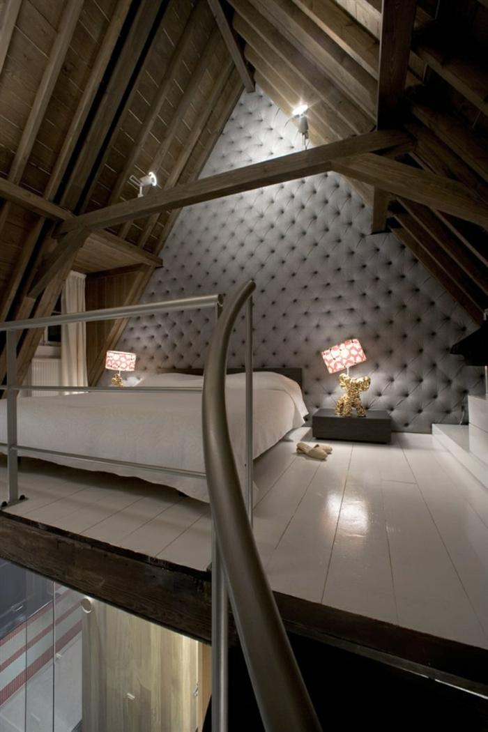 loft attique, chambre à coucher avec un joli tapissement mural, sol en planches peintes en blanc
