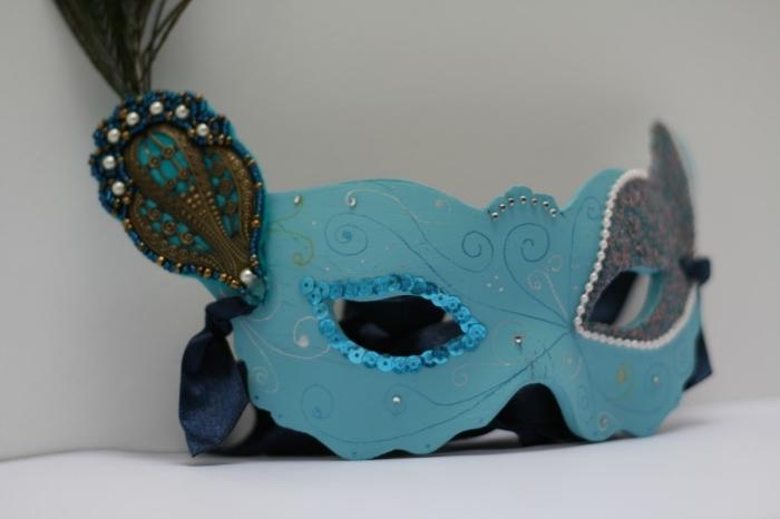 masque carnaval venise, projet diy avec peinture turquoise et accessoire décoratif en perles blanches et embellissements métalliques