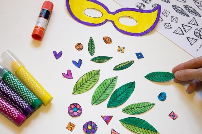 masque de carnaval à imprimer, coloration masque et feuilles en papier blanc avec marqueurs de différentes couleurs