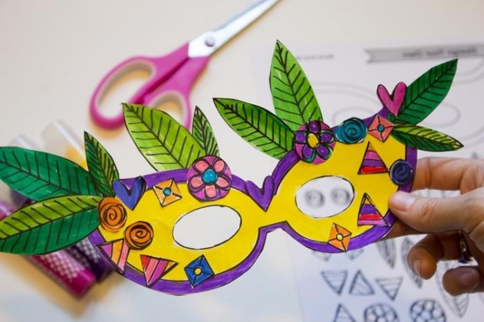 activités manuelles pour enfants, coupure de papier blanc colorée en différentes nuances, petites fleurs et feuilles en papier coloré