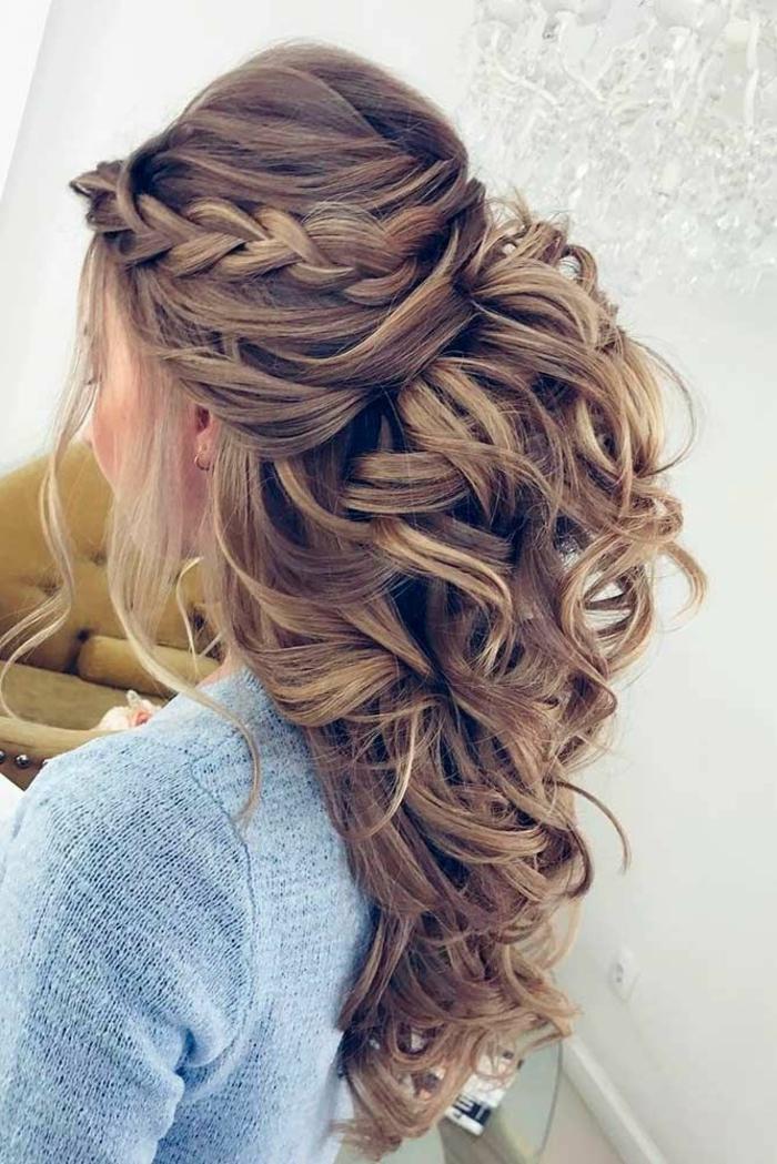 Coiffure mariage cheveux mi long bouclé idée comment se coiffer belle coiffure boucles et tresse a coté