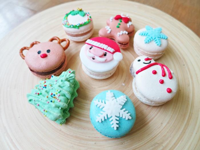 dessert de noel facile, macarons à moitif père noel, flacon de neige, rudolphe le renne, bonhomme de neige, sapin de noel