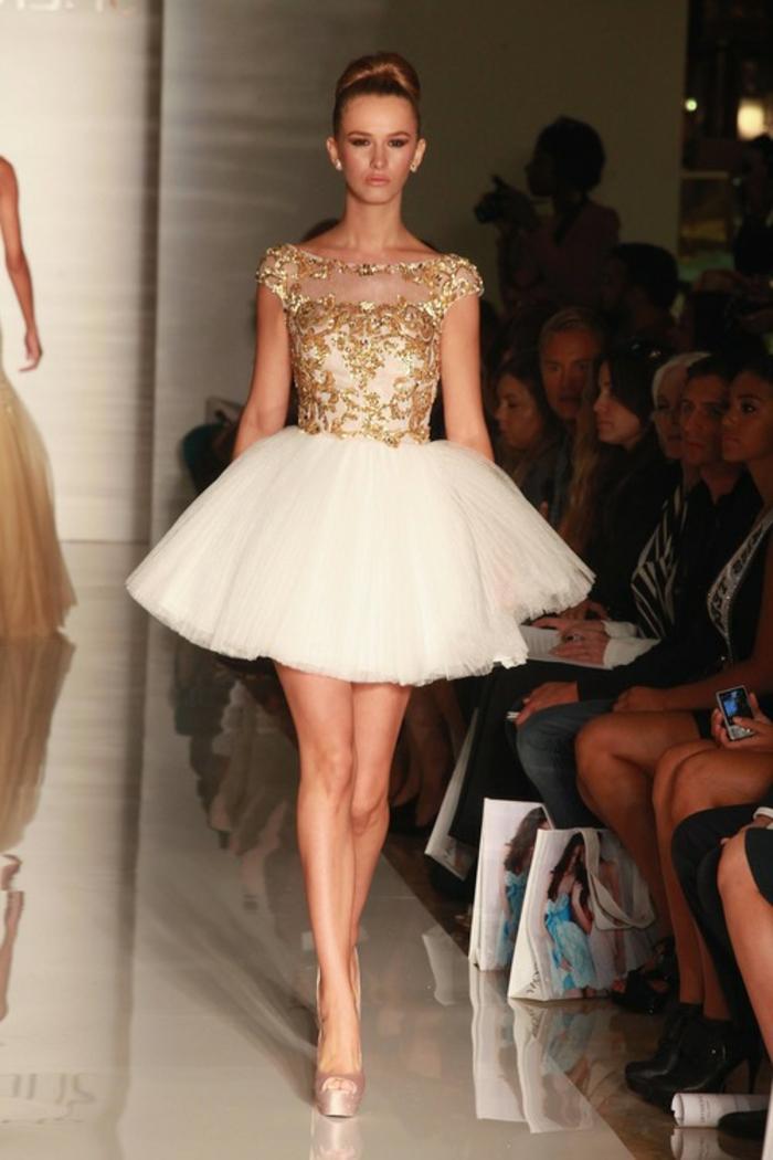 Jolie robe blanche et dorée cool idée comment s'abiller mariage