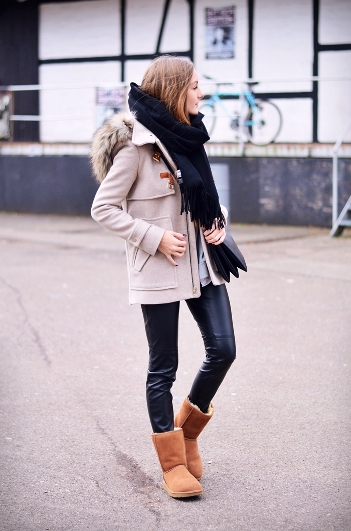 comment s habiller en hiver, combiner le pantalon en cuir noir avec bottines marron et écharpe longue