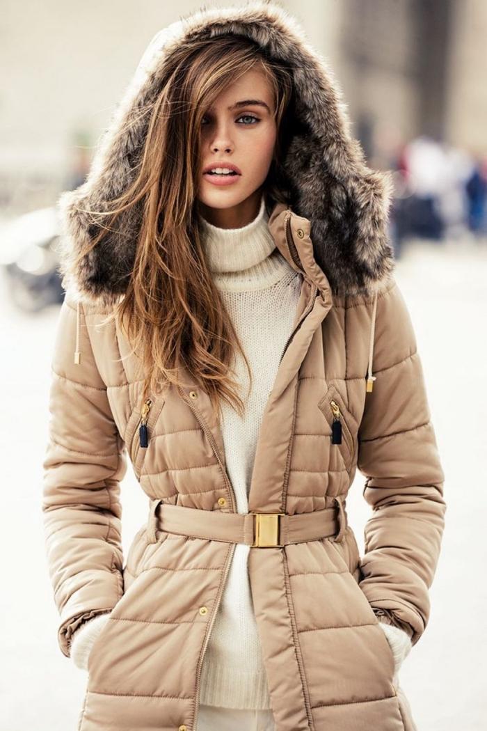 vetement femme, modèle de manteau long et beige avec ceinture et capuche en faux fur, balayage blond sur cheveux longs