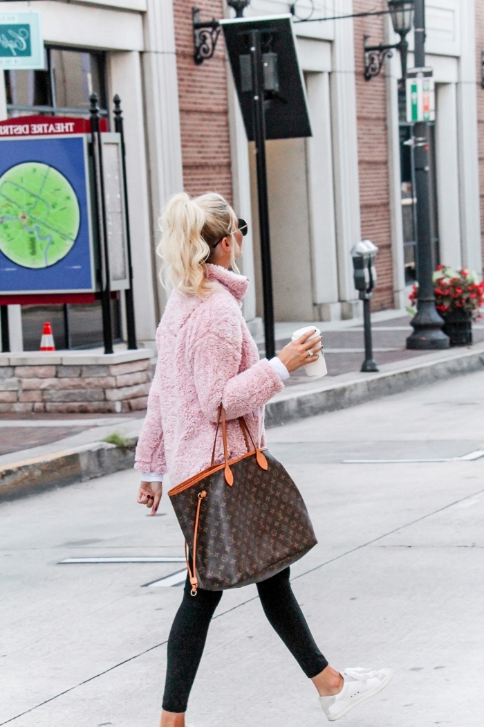 comment s habiller en hiver, combiner le manteau en faux fur rose pastel avec blouse blanche et legging noir