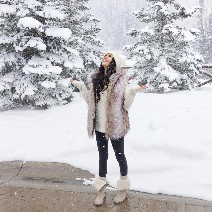 manteau femme, porter le bonnet en crochet avec pull et gilet en faux fur beige, combiner le pull oversize avec legging noir