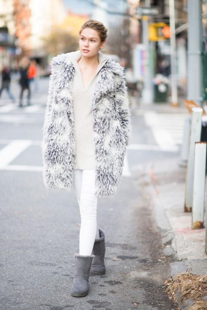 manteau femme, porter le pantalon blanc avec pull à décolleté en V beige, bottines et manteau en gris