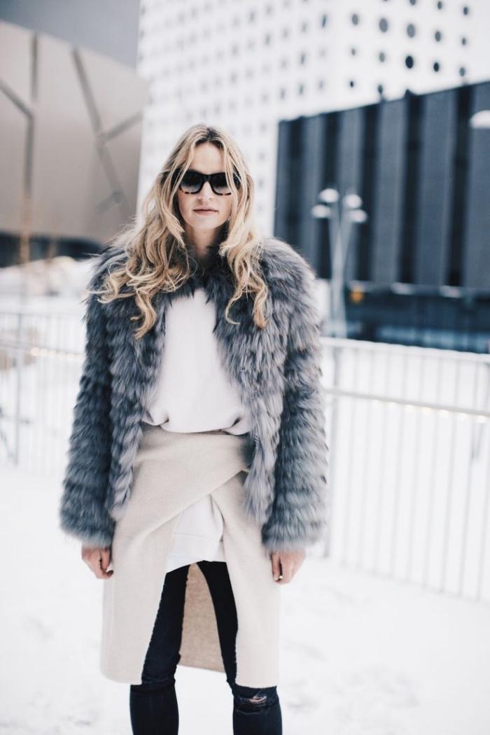 comment s habiller, maitriser le layering en hiver avec pull long et blanc porté avec jupe asymétrique beige et pantalon noir
