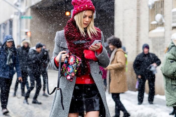 idee pour s habiller, comment s'habiller en couches avec jupe noire courte blouse rouge et manteau long gris
