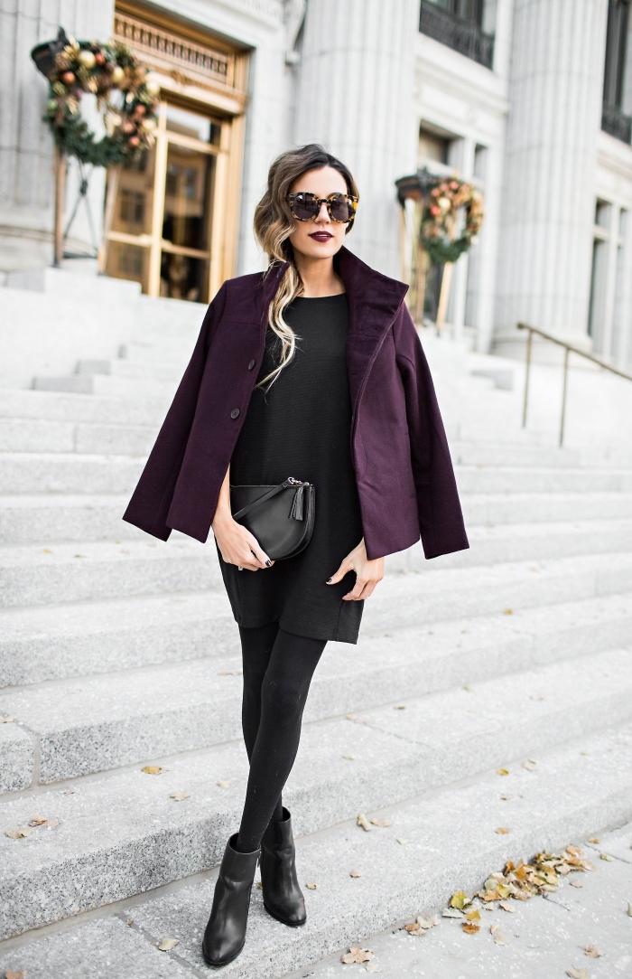 tunique femme, look élégant en tunique noire et manteau violet, coiffure cheveux longs et bouclés sur le côté