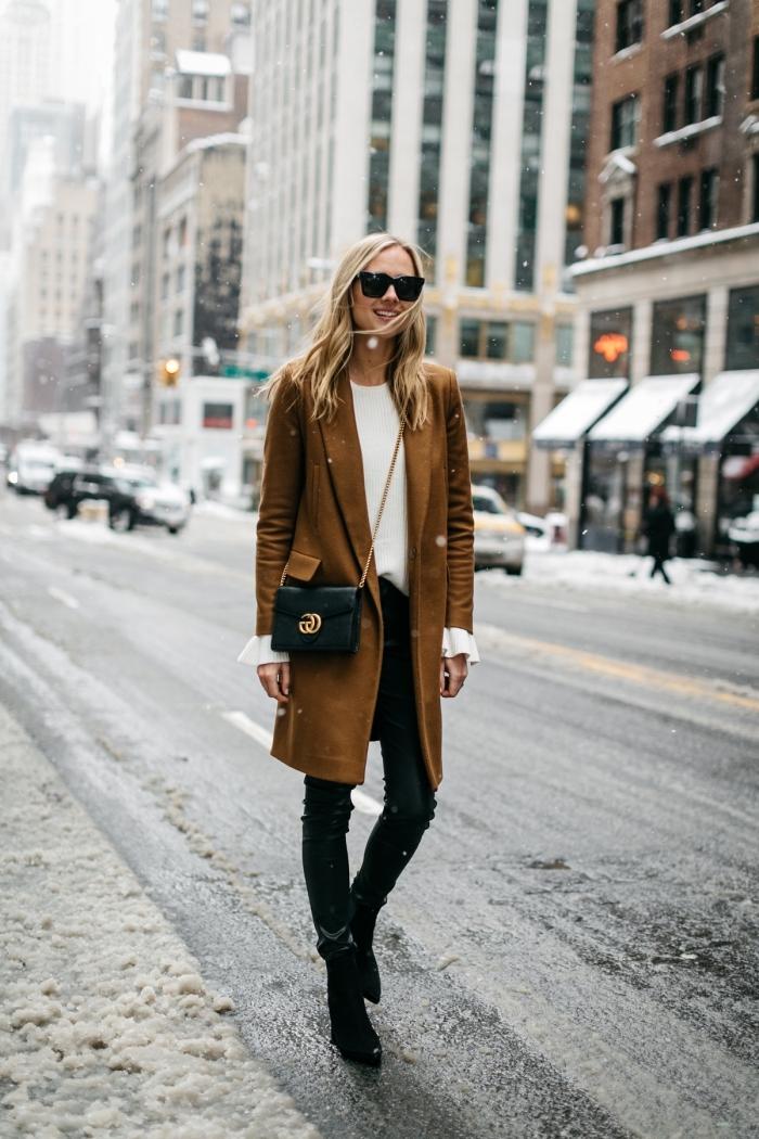 comment s habiller en hiver, combiner le pantalon slim noir avec blouse blanche et manteau long en camel