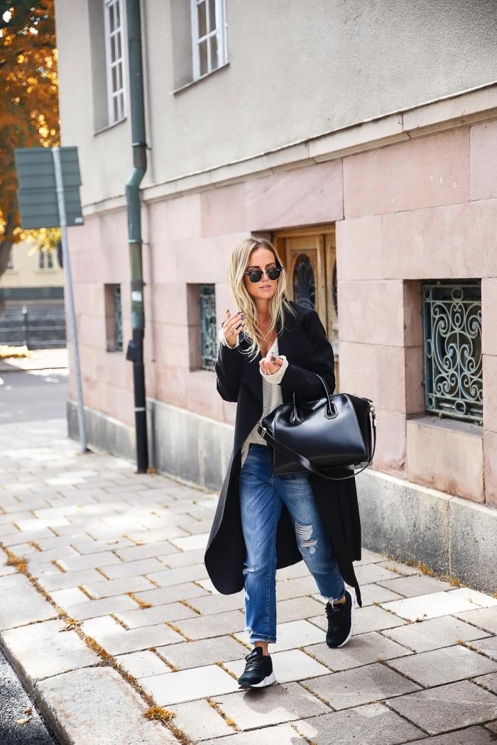 femme bien habillée, tenue blanc et noir avec paire de jeans loose pour femme, manteau long noir et baskets blanc et noir