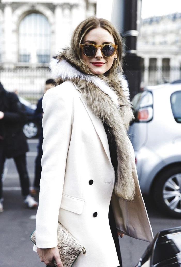 trouver son style vestimentaire, look stylé et élégant pour femme, manteau blanc avec boutons noirs et écharpe faux fur