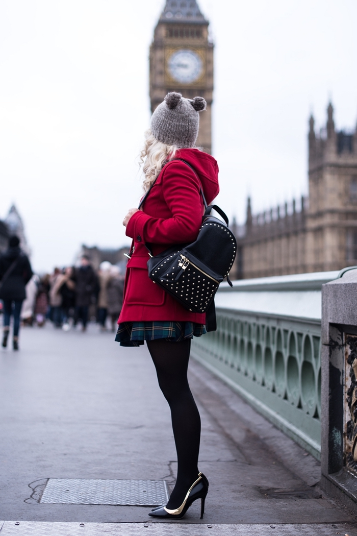 veste femme, modèle de bonnet gris avec pompons pour fille, coiffure de cheveux blonds et bouclés