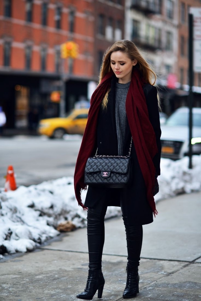 comment s habiller, bottes à talons et sac à mains de nuance noire, blouse longue en gris combinée avec écharpe longue en bordeaux