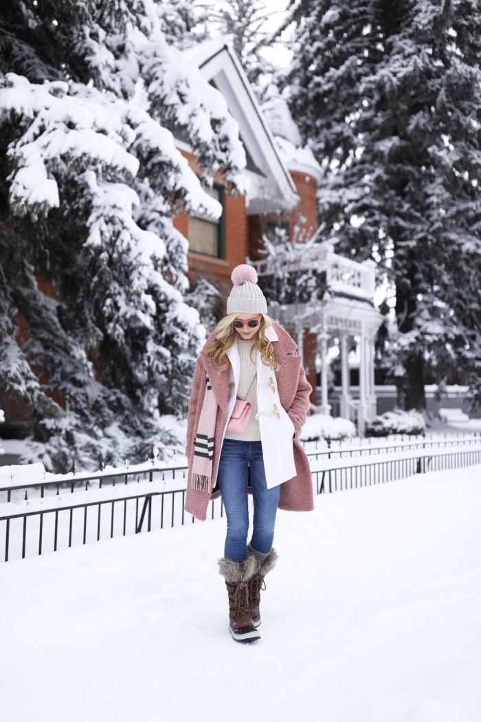 style vestimentaire femme, porter le manteau rose pastel avec pull beige et paire de jeans clairs, bottines marron combinés avec bonnet gris et rose