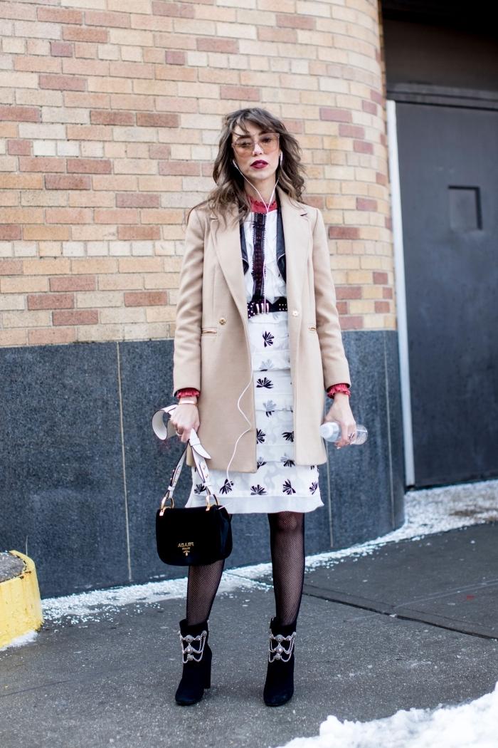 comment s habiller, maitriser le layering en hiver avec chemise et blouse blanc noir et manteau beige femme