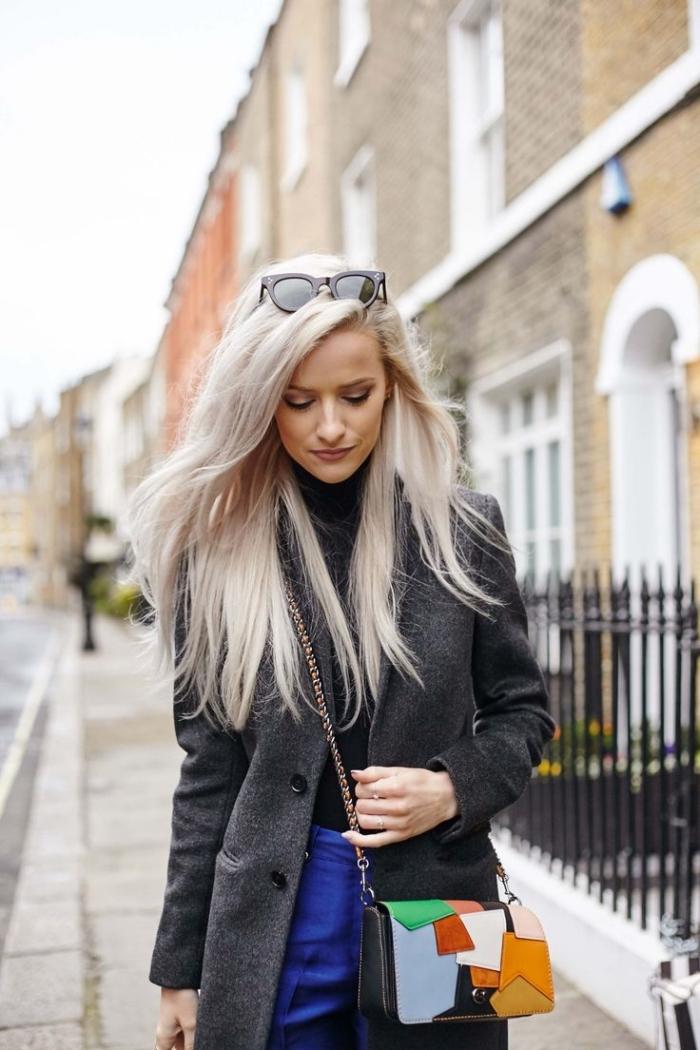 femme bien habillée, porter le pantalon bleu foncé avec pull à col enroulé noir et manteau élégant en gris foncé