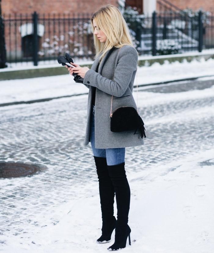 comment s habiller en hiver, porter les bottes cuissardes noires avec paire de jeans clairs et manteau gris