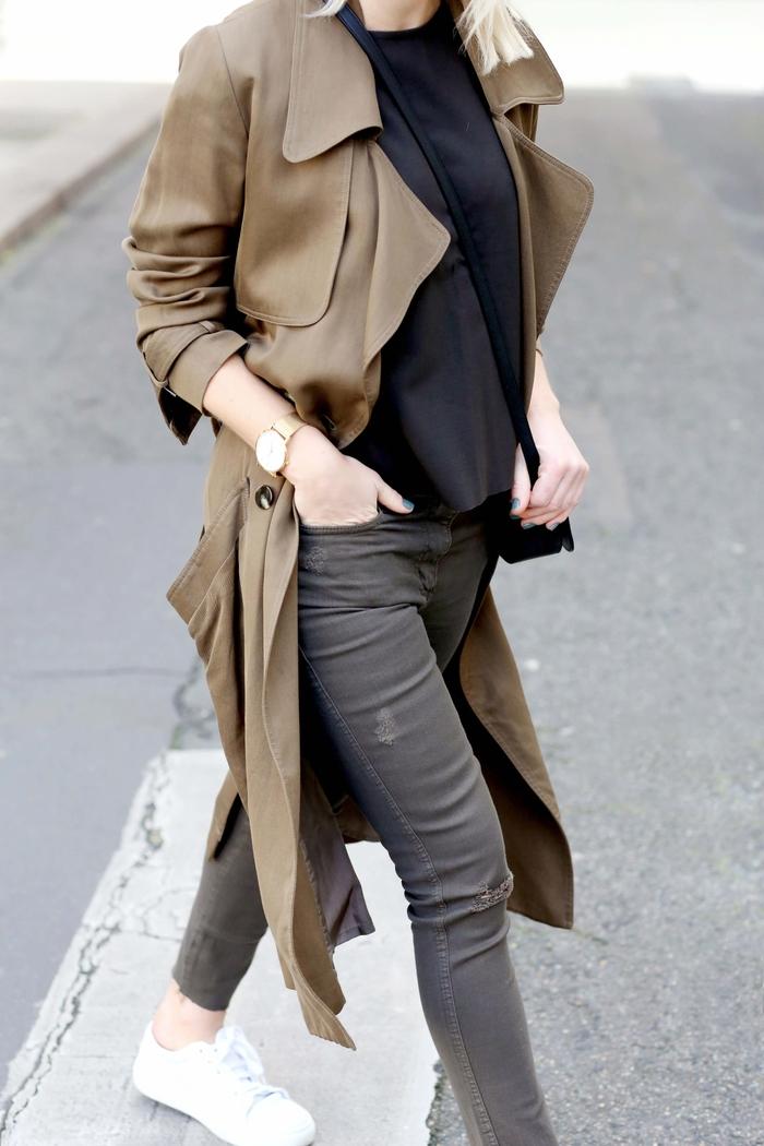 look passe-partout monochrome avec un manteau kaki femme de coupe trench fluide, t-shirt noir et slim gris