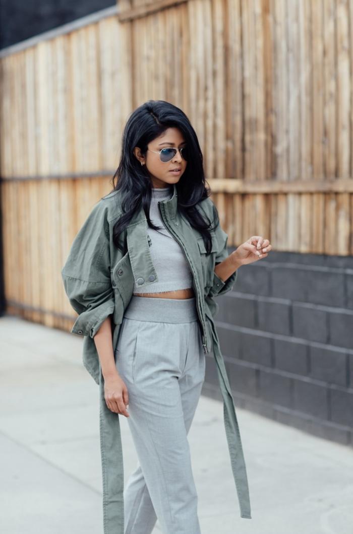 look uniforme en manteau kaki femme de coupe trench militaire et un combo de top crop et pantalon jogging