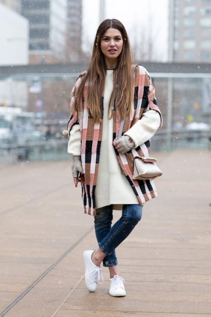 trouver son style vestimentaire, coiffure cheveux longs de châtain clair et foncé, écharpe marron et rose portée avec manteau blanc