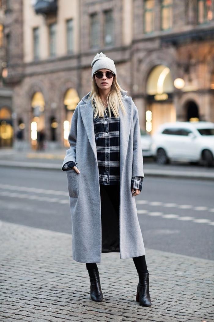 manteau oversize femme, coiffure de cheveux longs à balayage blond, chemise à carreaux foncée avec pantalon noir