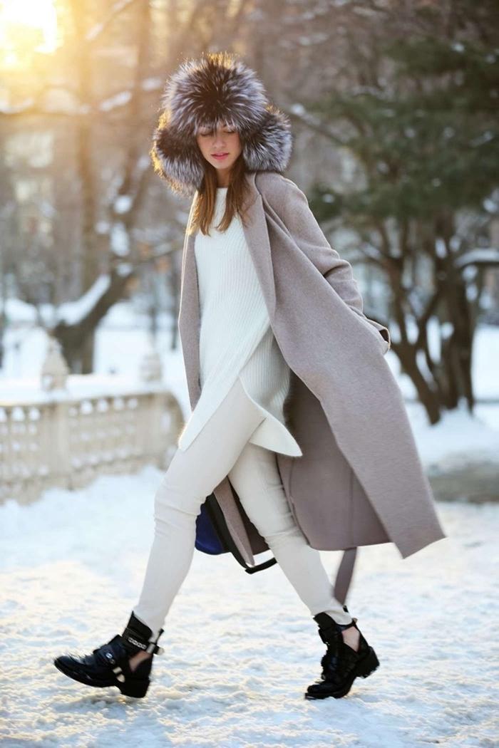 manteau femme, comment assortir les vêtements neutres en hiver, pantalon et pull tunique blanc avec bottines noires