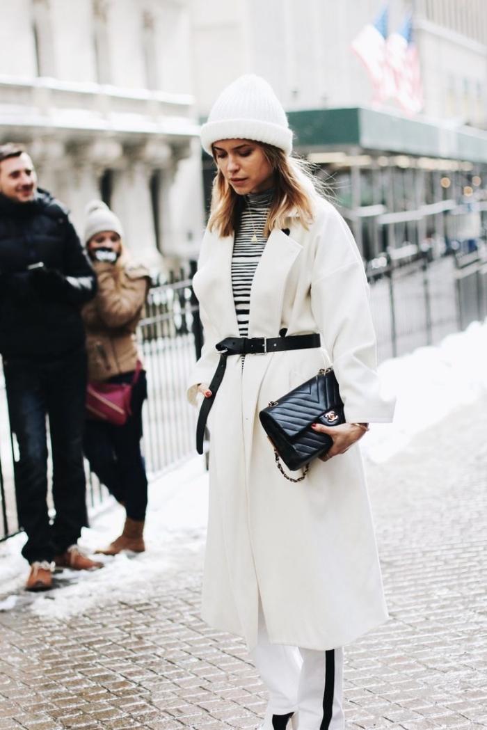 idee pour s habiller, look blanc et noir pour femme avec manteau long blanc stylé par ceinture en cuir noir