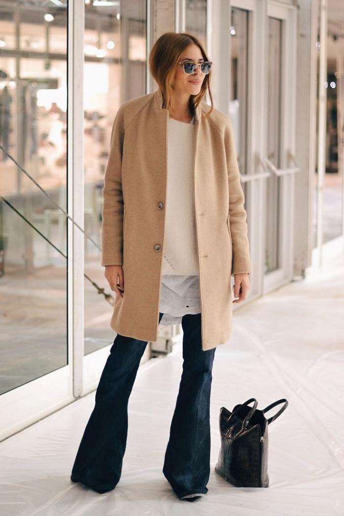 veste femme, porte les jeans foncés avec pull et chemise beige loose, modèle de manteau femme beige oversize
