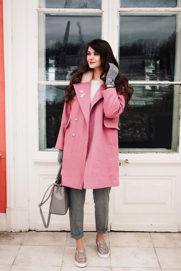 comment porter le rose en hiver, pantalon gris combiné avec pull blanc et sac à main gris, cheveux longs et bouclés femme