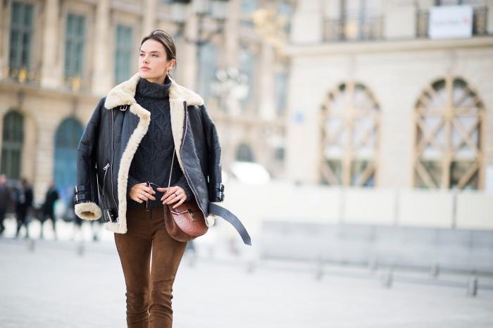 manteau hiver femme, combiner le pull à col enroulé avec pantalon marron et sac à main en cuir marron